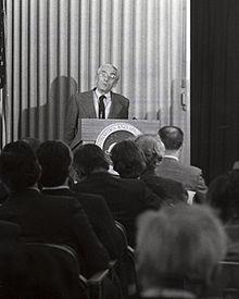 Photographie noir et blanc de Cousteau donnant une conférence de presse en 1973
