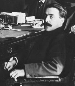 Jean Prévost de profil, assi sur une chaise.