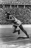 Photographie de Jesse Owens au départ d'une course