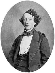 Photographie, plan taille, en noir et blanc, de John A. Macdonald.