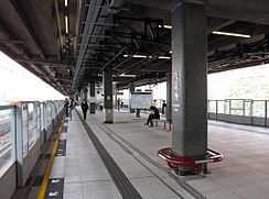 Kowloon Bay station platform with screen doors installed.