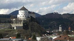 Photographie d'une forteresse bâtie sur un éperon rocheux