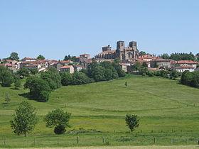 Le vieux bourg avec l'abbatiale Saint-Robert