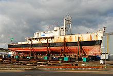Photographie en couleur de La Calypso, vue d'ensemble hors de l'eau