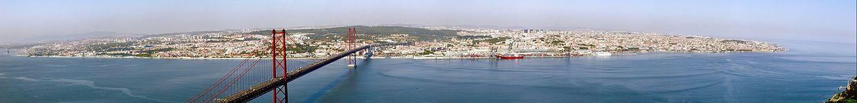 Vista panorámica de Lisboa y el puente 25 de Abril desde el mirador del Cristo Rey.