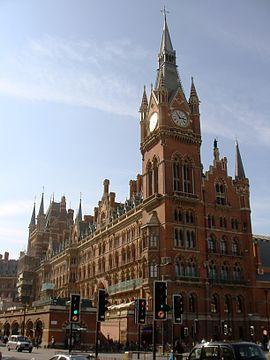 Façade de style néogothique du Midland Grand Hotel adjacente à la gare.