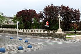 Le cimetière militaire est non loin de l'hôtel-de-ville.