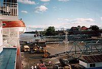 MS Columbus Caravelle llegando a un puerto fluvial ubicado al norte de Iquitos.