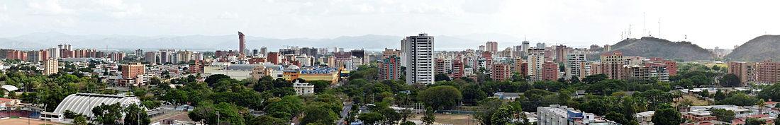 Panorama urbano de Maracay. Al fondo el lago de Valencia.