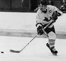 Photographie noire et blanche de Mario Lemieux avec le maillot portant le C de capitaine des voisins de Laval.