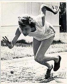 Photographie de Marjorie Jackson jaillissant des starting-blocks