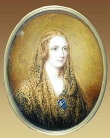 Portrait ovale d'une femme portant un châle et un fin bandeau autour de la tête, sur un arrière-plan couleur de lin.