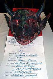 Descripcion: Máscara que lleva dos viboras en el rostro y un lagarto en la frente.