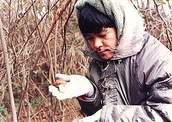 Deux opisthokontes:un humain tenant un champignon.