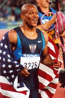 Photographie de Maurice Greene après sa victoire lors des Jeux olympiques de Sydney