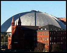 Vue extérieure du Mellon Arena derrière une église.