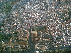 Vue aérienne du centre historique avec la grande mosquée au premier plan.