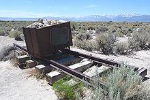 Photographie du Mono Lake, où l'on voit un chariot de mineur, seul, dans cet immense désert; il représente le film L'Homme des Hautes Plaines, puisque le tournage de ce film s'est effectué là-bas
