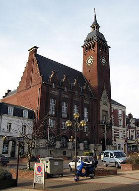L'Hôtel-de-ville et son beffroi haut de 48 m.