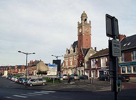 La place centrale, avec (à gauche) le monument aux Morts, et (au centre) l'hôtel de ville