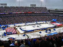 Photo d'un match organisé dans un stade destiné à accueillir habituellement du football américain.