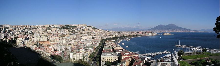 De haven van Napels op de voorgrond en de Vesuvius op de achtergrond.