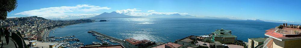 Grande vue sur Naples et le Vésuve.