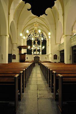 Het interieur van de kerk, gezien van onder het orgel