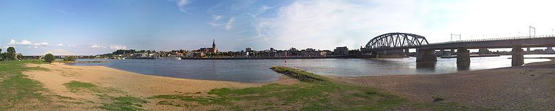 Zicht op Nijmegen vanaf het Waalstrand (Lentereiland)