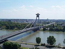 Novy most (nieuwe brug), met daarachter stadsdeel Petržalka