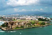 Vue aérienne de San Felipe del Morro (premier plan), la ville de San Juan est au fond.