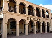 Photographie des studios Old Tucson, on y voit un bâtiment avec un vaste balcon au premier et dernier étage, et le rez de chaussée est marqué par un couloir
