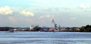 À gauche, le port autonome et à droite le port touristique.