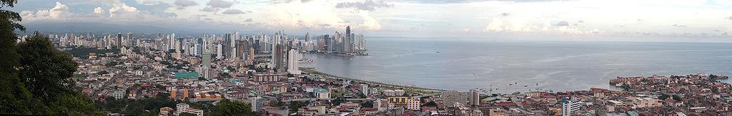 Panorama de Panamá desde la cima del cerro Ancón (en noviembre de 2009).
