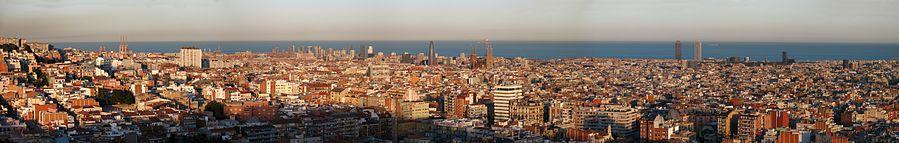 Panorámica de Barcelona tomada desde el parque del Putxet al atardecer (abril de 2008).