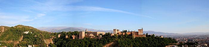 Vista panorámica de La Alhambra con la Sierra Nevada al fondo.
