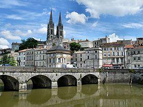 Le centre-ville de Niort vu depuis les quais de Sèvre.