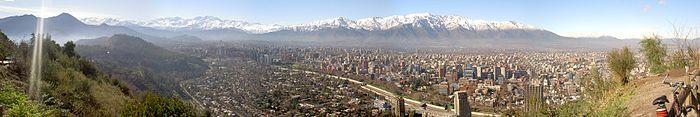 panorámica de Santiago de Chile desde el Cerro San Cristóbal visto hacia el este .