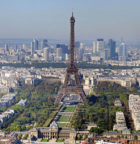 La tour Eiffel (au premier plan) et les gratte-ciel de la Défense (à l'arrière-plan) dominent Paris et sa banlieue ouest.