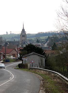La flèche effilée du clocher domine les toits de la ville.