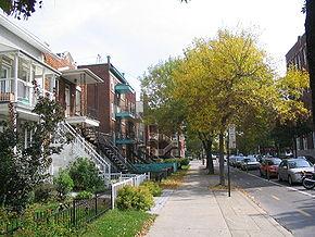 Vue sur la piste cyclable de la rue Boyer.    Localisation de Villeray–Saint-Michel–Parc-Extension dans Montréal.Logo de l'arrondissement.