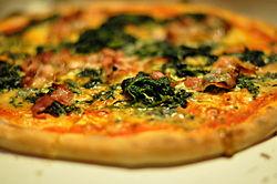 Pizza med gorgonzola, spinat og bacon, March 2010.jpg