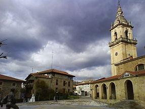 Vue générale de la place et église San Miguel