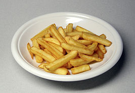 photographie présentant des frites dans une assiette blanche.