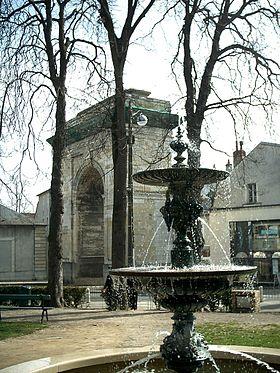 Fontaine et Porte de Paris en centre-ville de Nevers