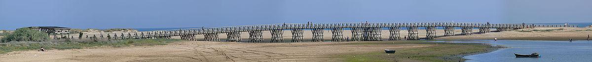 Puente de madera que une Punta del Caimán con la playa de la Gaviota, en Isla Cristina, provincia de Huelva.