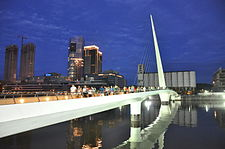 El Puente de la Mujer de noche.