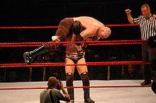 Punk aplicando un Go to Sleep a Kane.