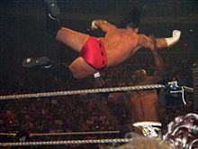 Punk aplicando un springboard clothesline a Elijah Burke.