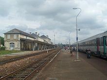 Quais de la gare, avec un train Intercités assurant la liaison Bordeaux - Nantes via La Rochelle.